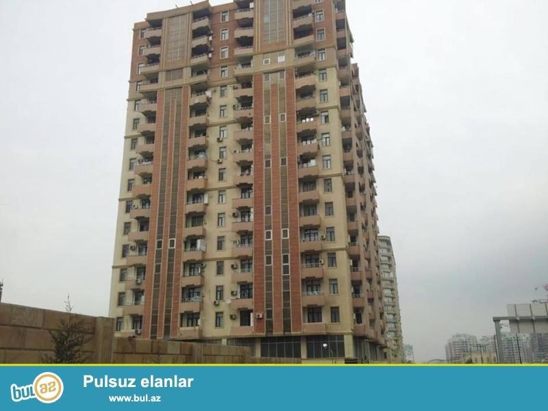 В районе Ясамал, около круга Гелебе, в элитном, полностью заселенном комплексе с Газом продается 3-х комнатная квартира, 17/4, общая площадь 140 кв...