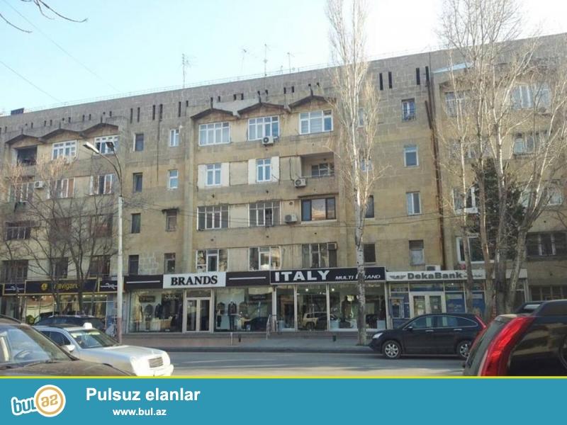На пр. Азадлыг, недалеко от старого Samsunga, каменный дом, 5/3, хороший ремонт, полы паркет, окна PVC, чистая, уютная квартира сдается со всей новой мебелью, все условия для жилья...