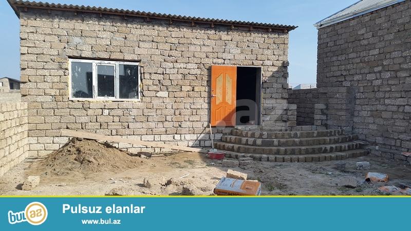Bine qes.de Ulvi wadliq evinin arxa terefinde 1.5 sotda tikilmiw heyet evi satilir...