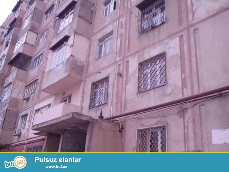 В районе Ени Ясамал, около д/т Гисмат, ленинградский проект, 9/6, раздельные, просторные комнаты, средний ремонт, полы паркет, окна PVC, встроенная кухонная мебель, раздельный с/у...