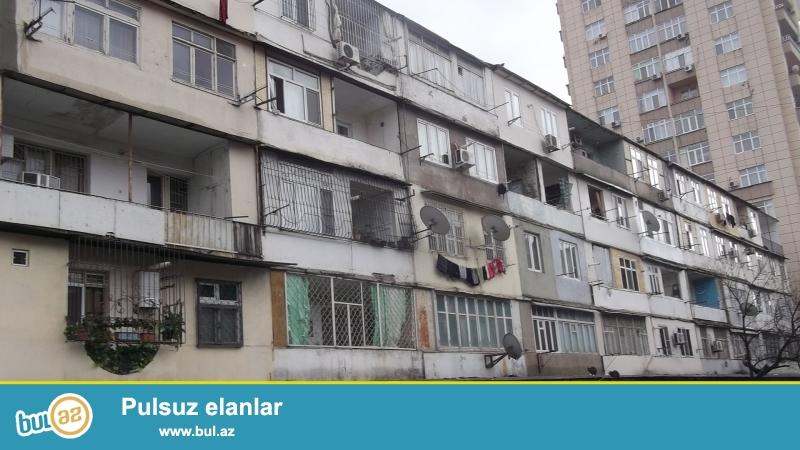 В районе Ясамал, около парка Мусабекова, каменный дом, ленинградский проект, 5/4, хороший ремонт, полы паркет, окна PVC, чистая, уютная квартира, встроенная кухонная мебель, с/у в идеальном состоянии...