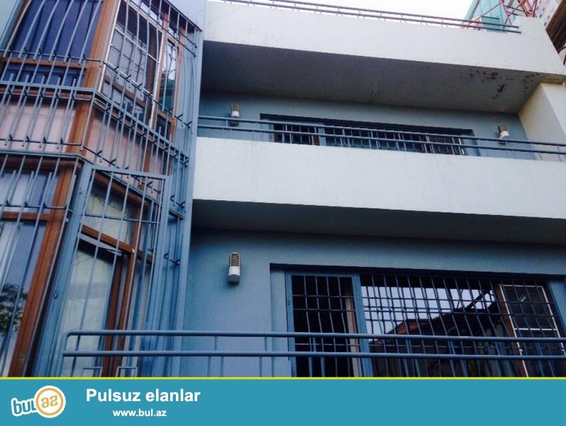Очень срочно ! Не далеко от проспекта Гусейна Джавида,напротив * СПЕЙС  ТВ  * продается 3-х этажный, площадью 500 квадрат, 5 - и комнатный  частный дом , расположенный на 5-х  сотках земли...