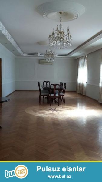 Tecili olaraq Nerimanovda yasayis binasinin 2 ci mertebesinde tam temirli bos ofis icareye verilir...
