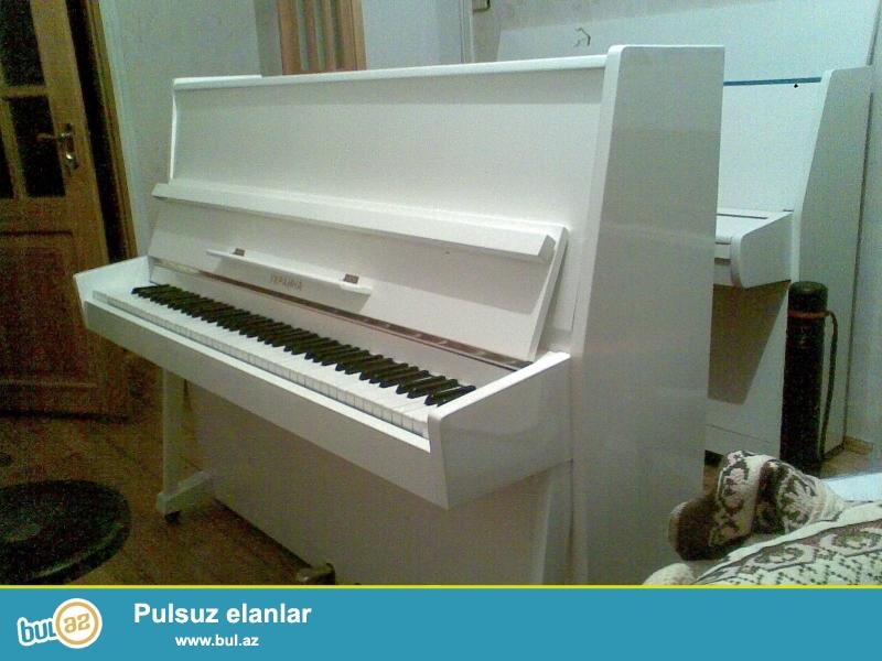 ela veziyyetde ag rengde Ukraina pianinosu. Pianinolarin temiri, catdirilmasi, keklenmesi.