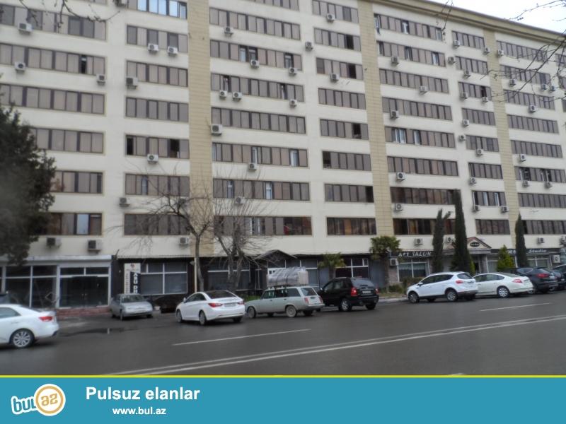 В районе Гянжлик, недалеко от старого Samsungа, ленинградский проект, 9/6, отличный ремонт, полы паркет, окна PVC, полностью обставленная квартира сдается от и до со всей новой мебель, все условия для жилья...