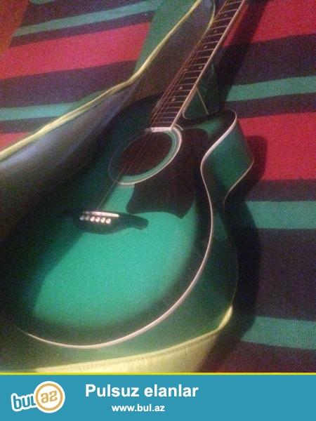 Xususi rengde olan bu gitara xanima hediyye olub.Super seslenmeyi var...