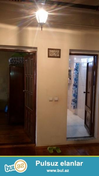 Очень срочно! По дороге  в Аэяропорт не доезжая Комсомольского круга рядом с проспектом Гейдара Алиева ,продается  1- но  этажный  4-х  комнатный  частный дом...