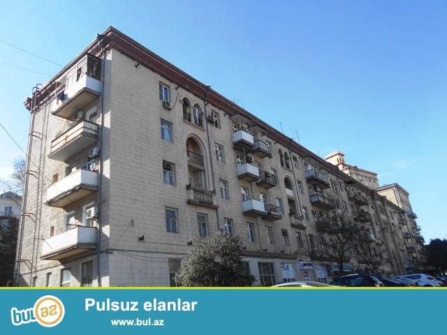 Yasamal rayonu, Inşaatçılar pr., Statistika Komitəsinin yaxınlığında , stalinka layihəli daş binada 1 otaqlı mənzil satılır...