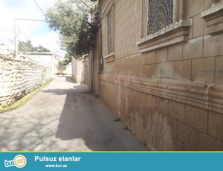 Həyət evi Mərdəkan qəsəbəsinin mərkəzində magistral yoldan 30 metr məsafədə yerləşir...