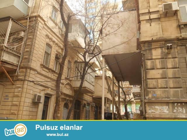 Насиминский район, по улице Самеда Вургуна продаётся 3-х комнатная квартира...