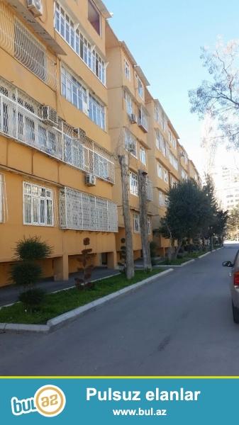 Binəqədi rayonu, 8 mkr, Tenis akademiyasının yaxınlığında , leninqrad layihəli binada 2 otaqlı mənzil satılır...