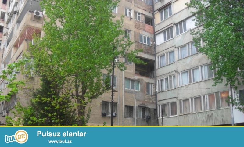 Цена ниже рыночной.<br /> В районе метро станции «Эльмляр Академиясы», на улице Захид Халилова в «Доме Учителей БГУ» срочно продаётся 2-х комнатная квартира, каменный «экспериментальный» дом, 7-й этаж, общ...