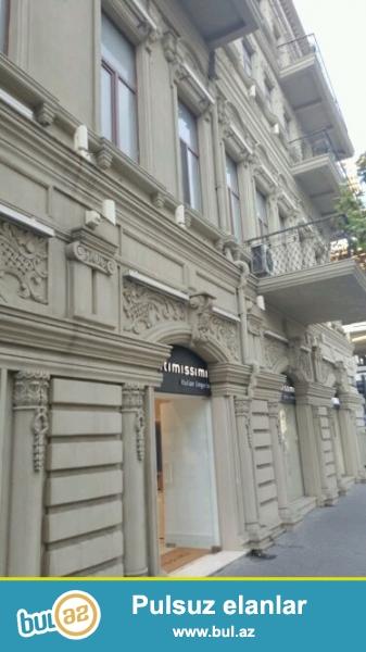 Cдается 4-х комнатная квартира в центре города, в Сабаильском районе, рядом с метро Сахиль , над «Чудо печкой»...