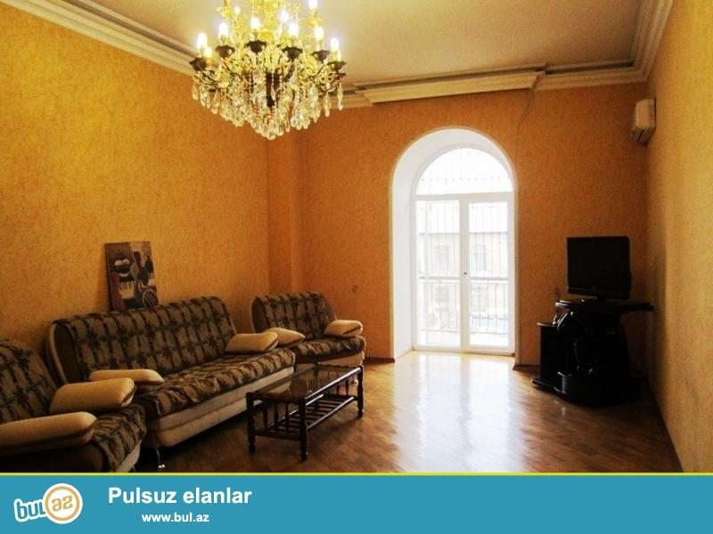 Срочно! Сдается в аренду  3 комнатная квартира старого строения ,полностью обставленная мебелью,  3/7, площадью 160 квадрат, расположенная вблизи  м/с  Низами рядом с Карамельной...