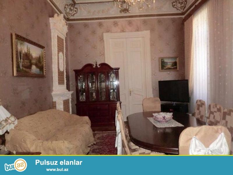 Срочно! Около ЦУМА на  пересечении  Хази Асланова   с  проспектом  Азербайджан  сдается в аренду  5 комнатная квартира старого строения ,полностью обставленная мебелью,  3/3, площадью 130 квадратаов...