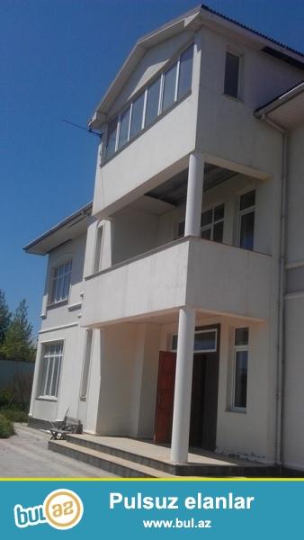 Срочно! В Бадамдаре сдается в аренду 3-х этажная, 8-и комнатная, площадью 310 квадрат, с евро ремонтом вилла...