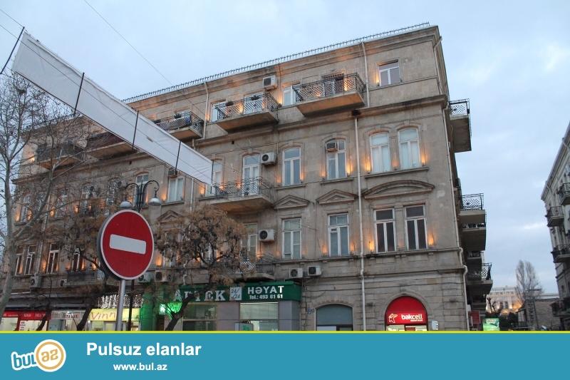 Срочно!  На проспекте Бюль-бюля напротив кассы дворца Гейдара Алиева  сдается в аренду на долгий срок 3-х комнатная квартира  старого строения , 3/4 , площадью  100  квадрат...