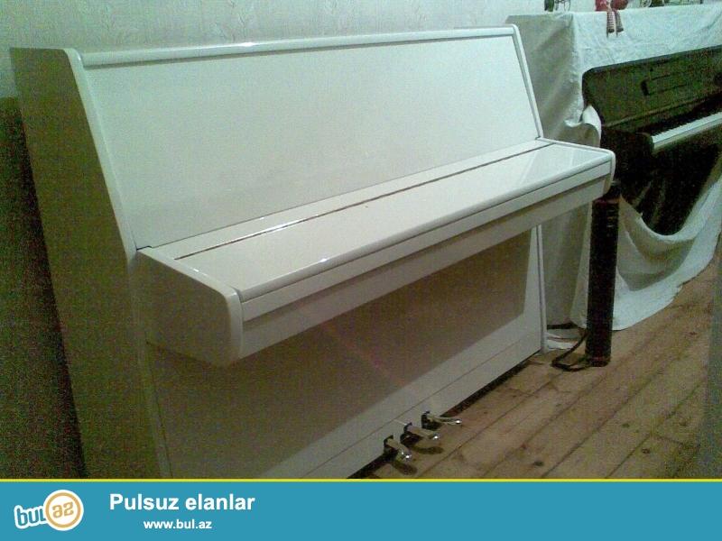 Ela veziyetde ag rengde 3 pedalli Akkord pianinosu...