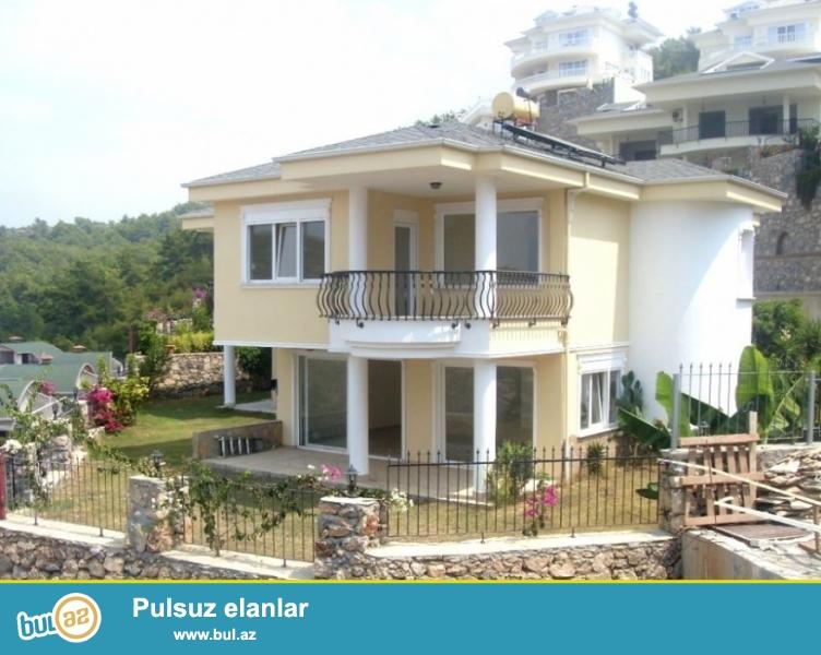 2 mərtəbəli villa yaşıllıqla əhatə olunub, möhtəşəm görüntüsü var...