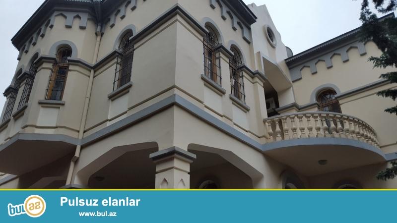Очень срочно!  На ул Джейхун Гаджибейли  не далеко от проспекта  Теймура Алиева , сдается  в аренду на долгий срок 3-х этажная 10-ти комнатная вилла  с мансардой  , площадью 1900 квадрат, расположенная на 9-ти сотках...