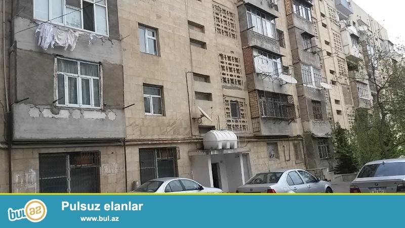 Mətbuat prospekti,  BDU-ya yaxın, Nəşriyyatın arxasında 3 otaqdan 4 otaqa düzəldilmiş mənzil satılır...