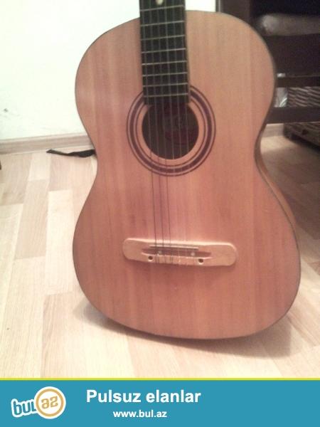Temiz Rusiya gitarasidir.1987 ilindir,ustunde yazilib gelib baxa bilersiz.cox gozel dir,whatcapp da var nomre <br />