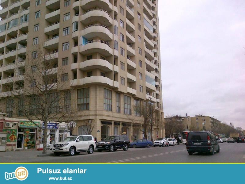 В районе Ясамал, за АТС,  в элитном, давно заселенном комплексе сдается 2-х комнатная квартира, 18/12, общая площадь 100 кв...