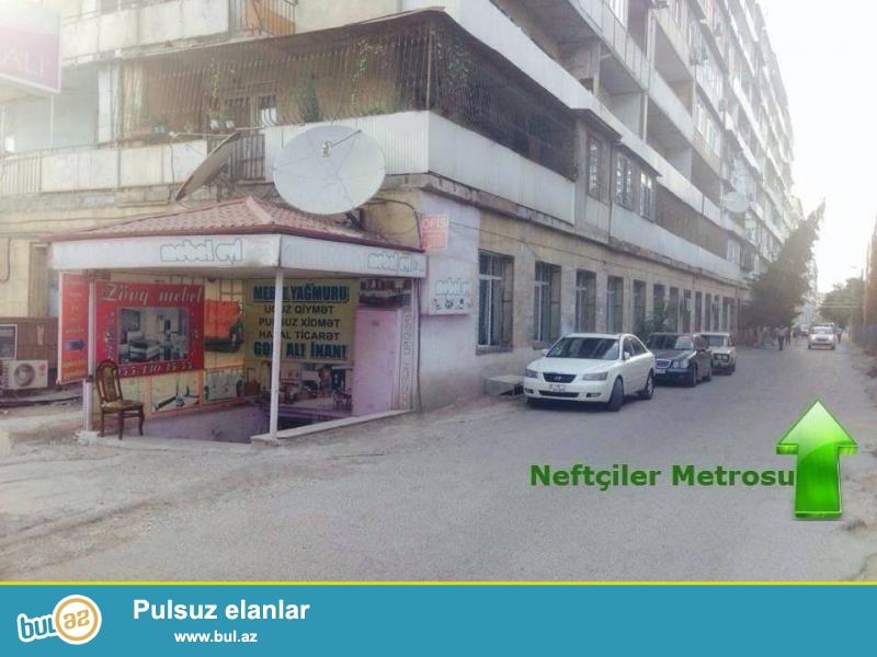 Neftçilər metrosundan Heydər Əliyev Parkına gedən yolda 9 mərtəbəli binanın yolun insan axını keçən hissəsində yerləşir...