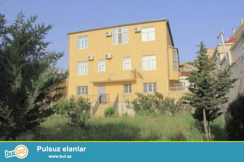 Срочно!  В посёлке БАДАМДАР  рядом с домом Американского посла, сдается в аренду на долгий срок 3-х этажная (2-а этажа + подвал) ,6-и комнатная вилла площадью 600 квадрат расположенная на 10 сотках...