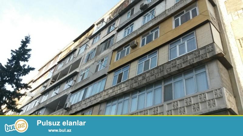 """Binəqədi rayonu, 8 mkr, """"Azadlıq prospekti"""" metrostansiyasının yaxınlığında , leninqrad layihəli binada 3 otaqlı mənzil satılır..."""
