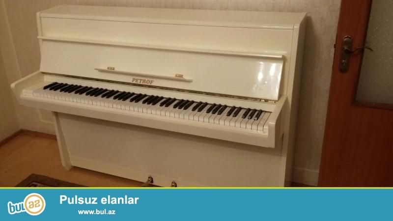 petrof pianosu satiram köklənmiş ideal vəziyyətdə