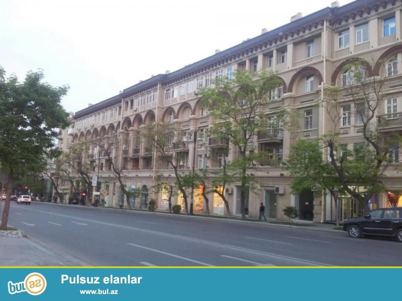 В спокойном и экологически-чистом уголке Баку на улице Бакыханова, около «пос-ва Турции» в элитном «Доме Артистов» продаётся 2-х комнатная квартира площадью 70 кв...