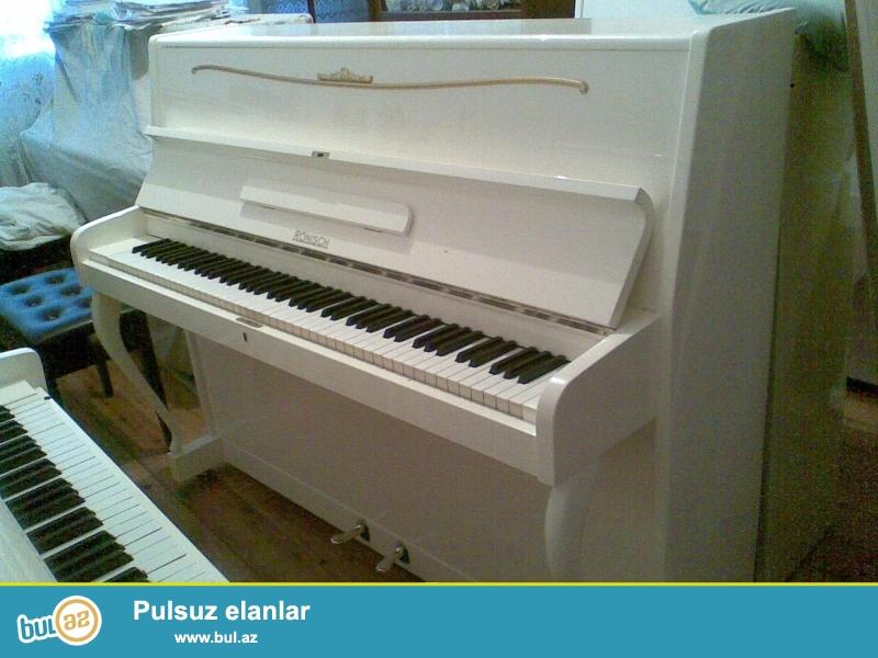 Ag rengde figurni ayagli Ronish, ve koricnevi Akkord pianinosu...