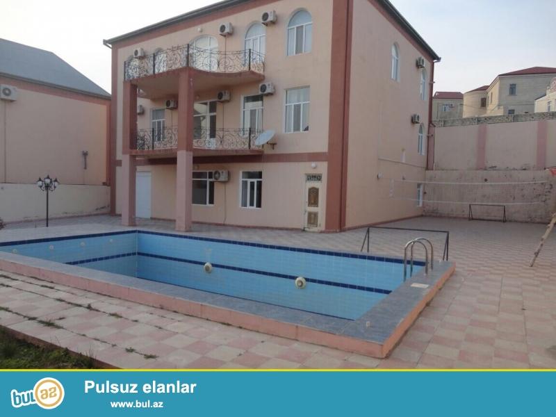 Срочно! Продается 3-х этажная вилла, в Бадамдаре, во 2-м массиве около ресторана *Qelin Qaya* расположенная на 10 сотки земли...