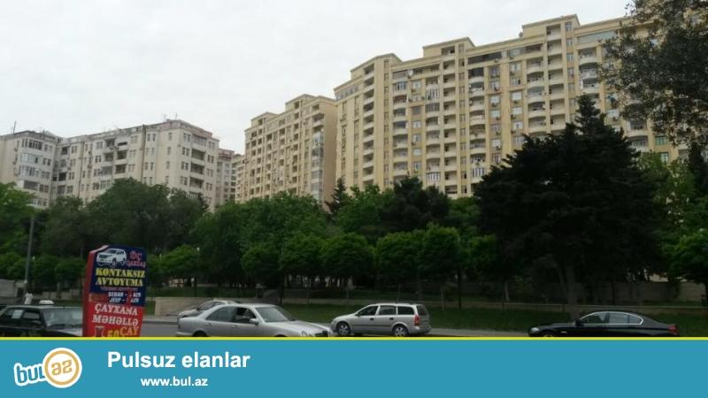 3 мкр, около метро М. Аджеми, в полностью заселенном комплексе с Газом и Купчей продается 2-х комнатная квартира, 10/7, общая площадь 80 кв...