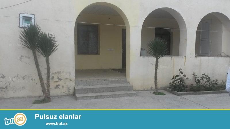 3 otaqli həyət evi satılır. Həm həyətdə həmdə evdə tualeti ve hamami var...