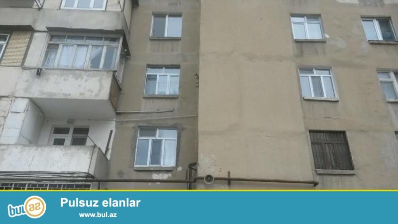 Продается 3-х комнатная квартира в районе около метро Халглар Достлугу, во дворе клиники Саххат, киевский проект, 9/8, удачно перед...