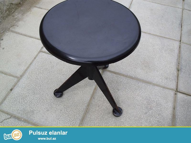 Pianino üçün qara rəngdə stul satılır. Stul çox yaxşı vəziyyətdədir, heç bir problemi yoxdur...