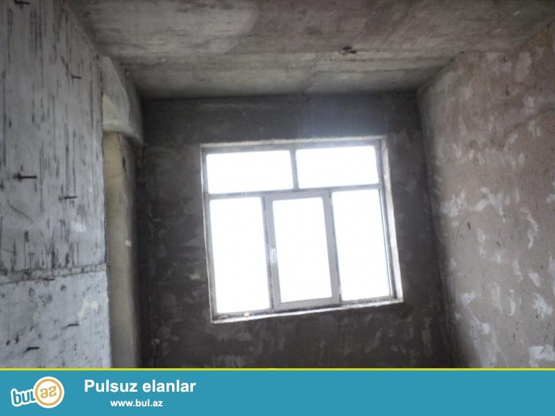 9-cu mikrarayonda 16 mərtəbəli yaşayışlı binanın 6-cı mərtəbəsində pod mayak ev satılır.