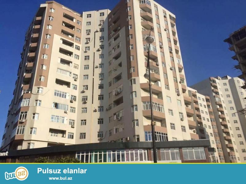 На проспекте Зердаби, около круга Гелебе, в давно заселенном комплексе с Газом и Купчей продается 2-х комнатная квартира, 16/14, общая площадь 82 кв...