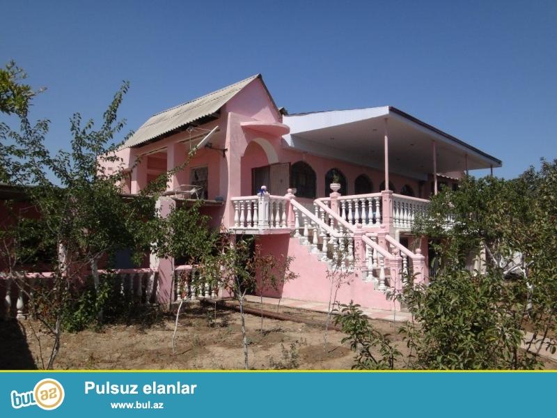 Buzovna qəsəbəsi Alballıq yaxınlığında 250 metr yoldan uzağ,15 sotun içində 240 kv lıq 2 mərtəbəli ev...