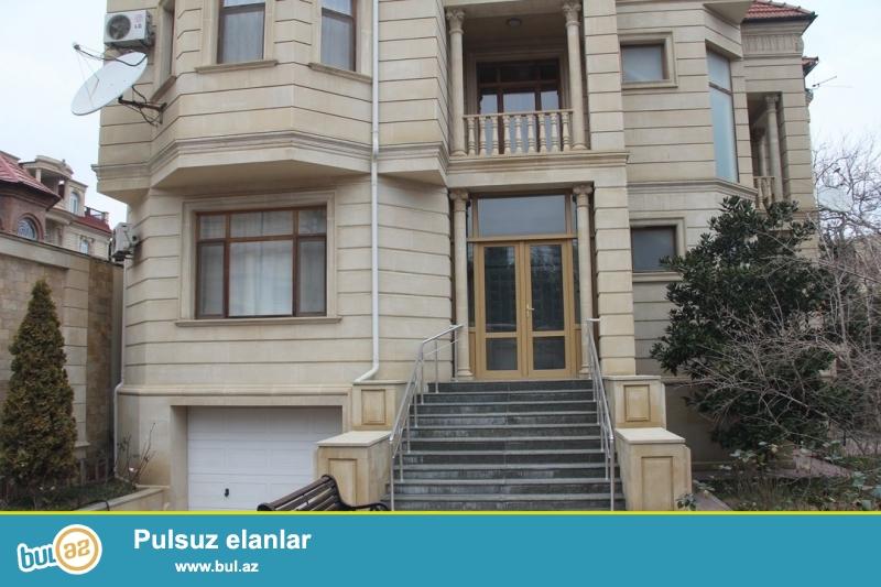 Очень срочно сдаётся в аренду на долгий срок 2-х этажный , 7 комнатный особняк расположенный на пересечении Тбилиского проспектов с проспектом Гасана Алиева (бывший Инглаб)...