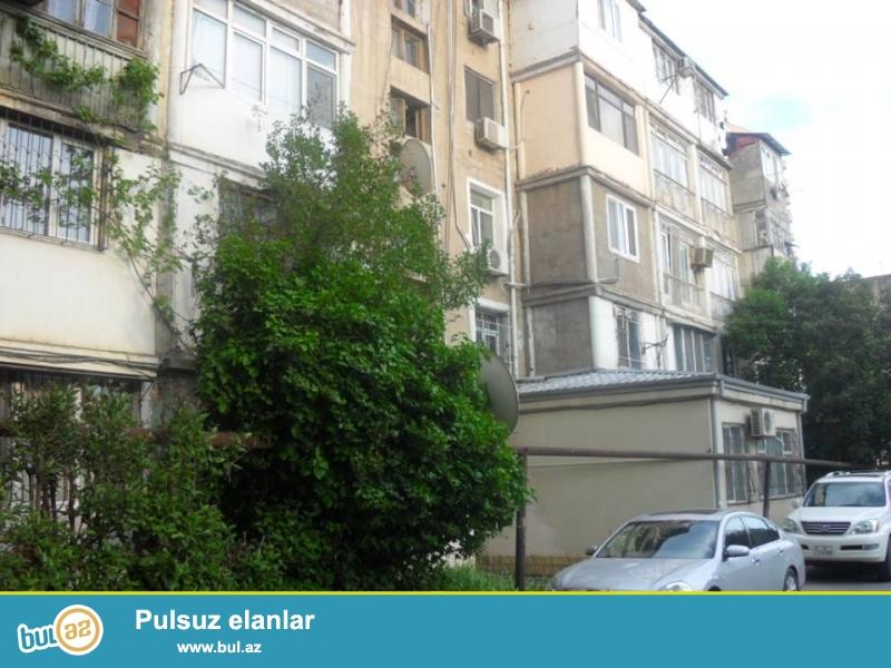 В районе Ясамал, около Фаворит маркет, каменный дом, сквозная квартира, средний ремонт, полы паркет, окна PVC, с/у в нормальном состояние...