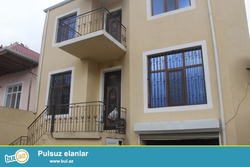 Очень срочно !  В Самом элитном районе  Разина рядом с АСАН ХИДМЕТ в 200-т метрах от трассы продаётся 2-х этажный 4-х комнатный частный дом, расположенный на 2--х сотках приватизированном земельном участке...