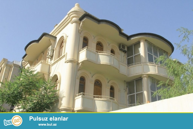 Очень срочно! За Банк оф баку расположенная на проспекте Ататурк , сдается в аренду на долгий срок 3-х этажная ,20-и комнатная вилла , площадью 800 квадрат, расположенная на 6-ти сотках...