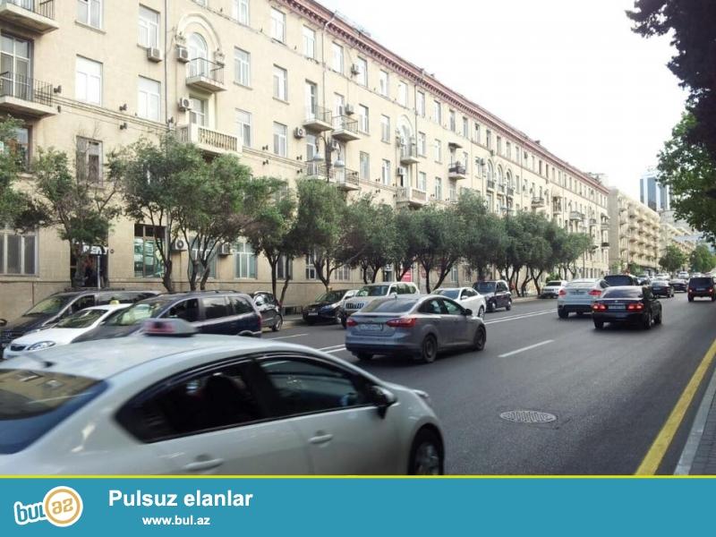 В элитном районе города на проспекте Строителей, около бывшего магазина «ОЛИМП» в монументальном «Доме Художников» продаётся 3-х комнатная квартира...