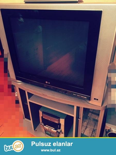 Televizor və TV altlığı bir yerdə satılır.<br /> Böyük televizordu, funksiyaları həddən artığ çoxdu, 2 və daha artığ kanalı eyni anda izləmək mümkündür.