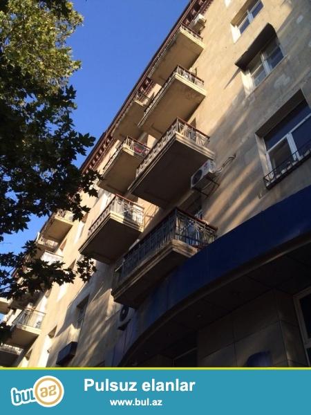 ОЧЕНЬ СРОЧНО!!!  Напротив посольство Россия сдается 3-х комнатная квартира, 4-й этаж 5-ти этажного дома, «сталинка», сквозная квартира, раздельные, просторные комнаты, высокие потолки, квартира с хорошим ремонтом, 3 сплит кондиционер, встроенная кухонная мебель...