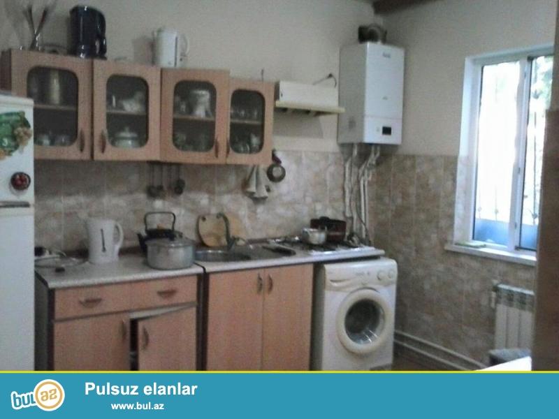 Hovsanda merkezde 2.5 sotda 90 kv m 3 otaqli temirli heyet evi satilir.Qaz,su,isiq daimidir...