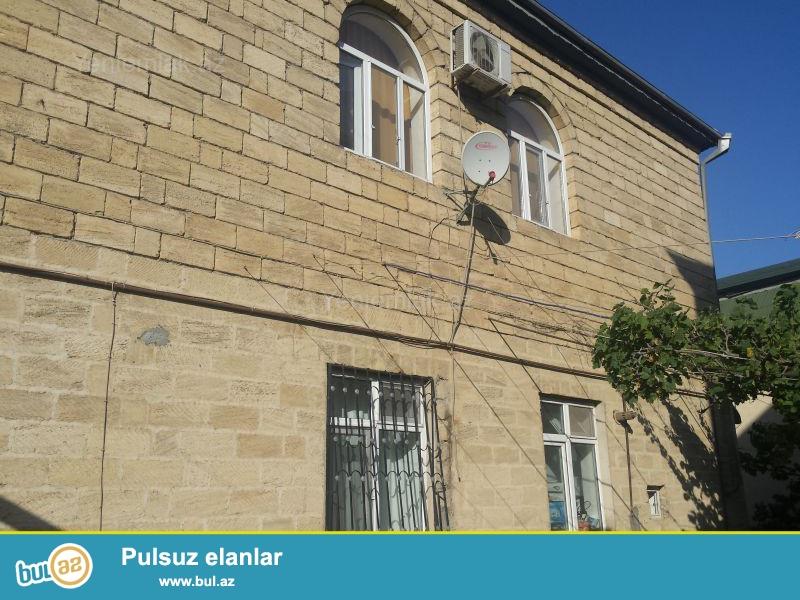 Baş dovlet yol polisi idaresi yaxinligimda dayanacaqdan 100 metr aralida 2 mertbeli 8 otaqli ev satilir...